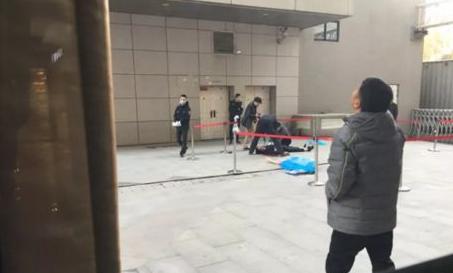 坠楼女子砸中保安双双身亡 目击者:保安见义勇为