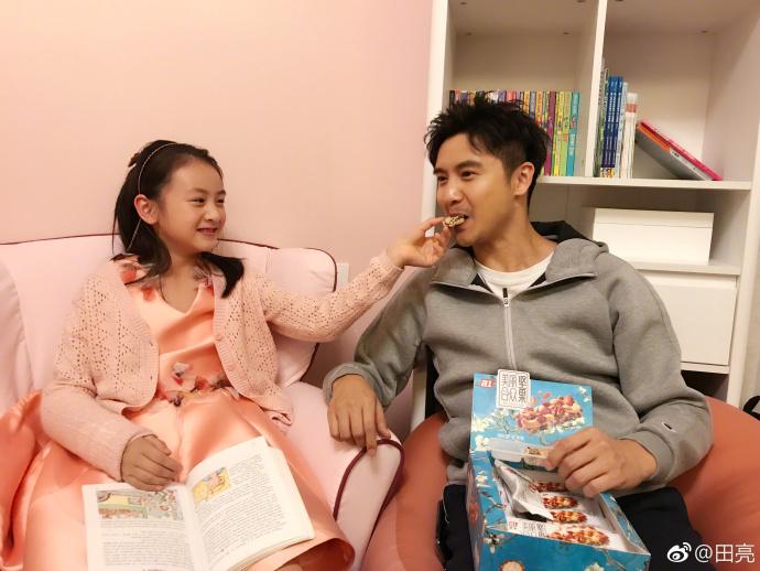 森碟喂田亮吃零食 知道真相的网友笑成二百斤胖子