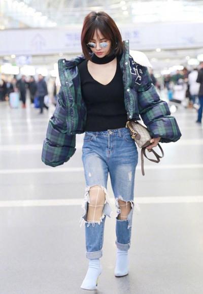 蔡依林最新街拍示范 格子羽绒服+牛仔凹造型保暖两不误