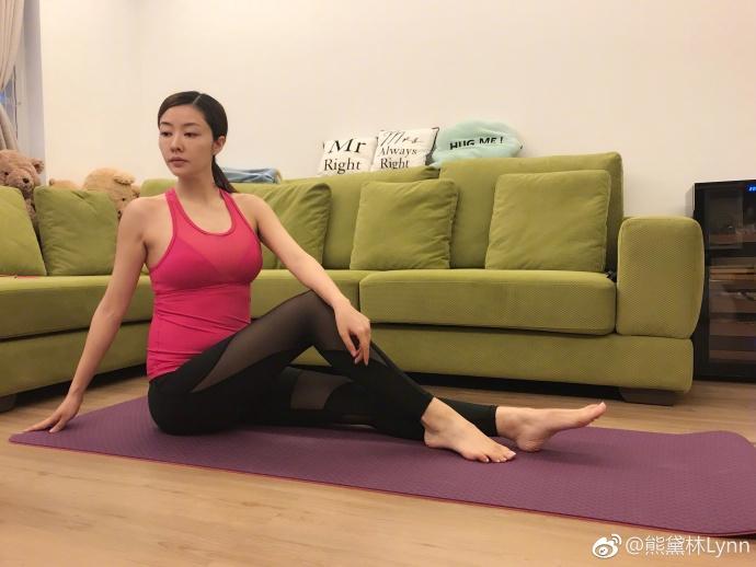 熊黛林挺孕肚练瑜伽 四肢仍十分纤细