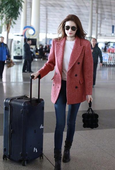 超模何穗现身机场 红色西装+牛仔裤帅气十足