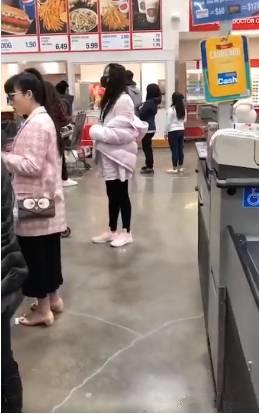 加拿大网友偶遇王祖贤 一身粉装少女感十足