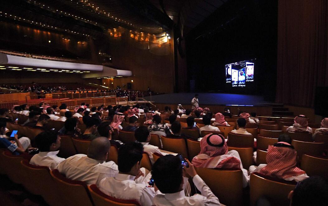 声明说,自今日起在不超过90天时间里,沙特将开始发放电影院运营许可证。但要求播放的电影要接受审查,不得有违反沙特宗教和传统伦理的内容。