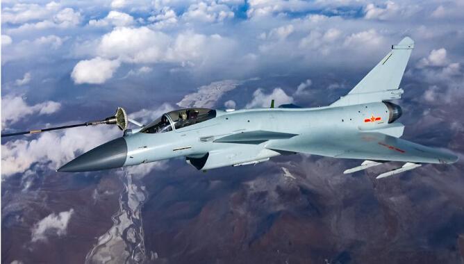 北部战区空军航空兵空中加油训练。