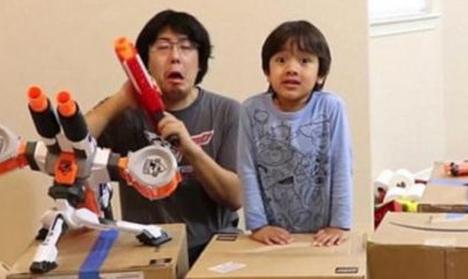 男孩直播玩玩具成网红 年收入达7千万