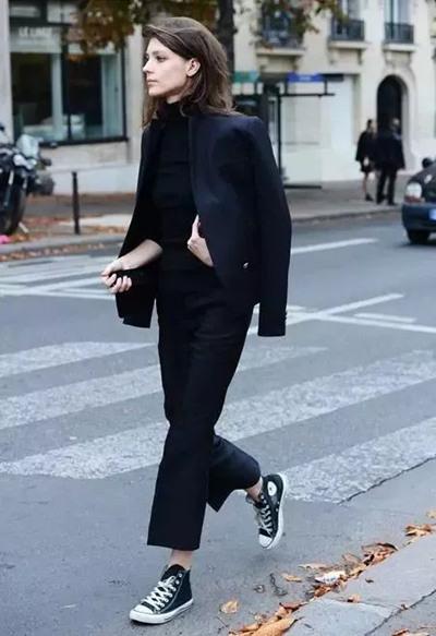 时尚达人街拍造型示范 西装+球鞋碰撞出最时髦造型