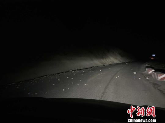 青海泽库县发生4.9级地震 民众在街头避震