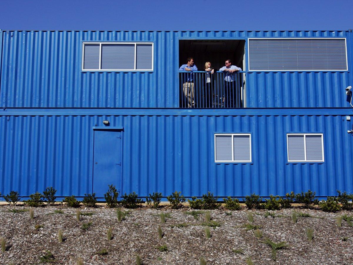 集装箱住宅<br /> 这栋位于澳大利亚悉尼的三居室住宅是由4个集装箱组成的。它的售价为13万美元,拥有2个浴室、木质地板、厨房、以及洗衣房。如果有必要,这栋住宅可以拆开运走。