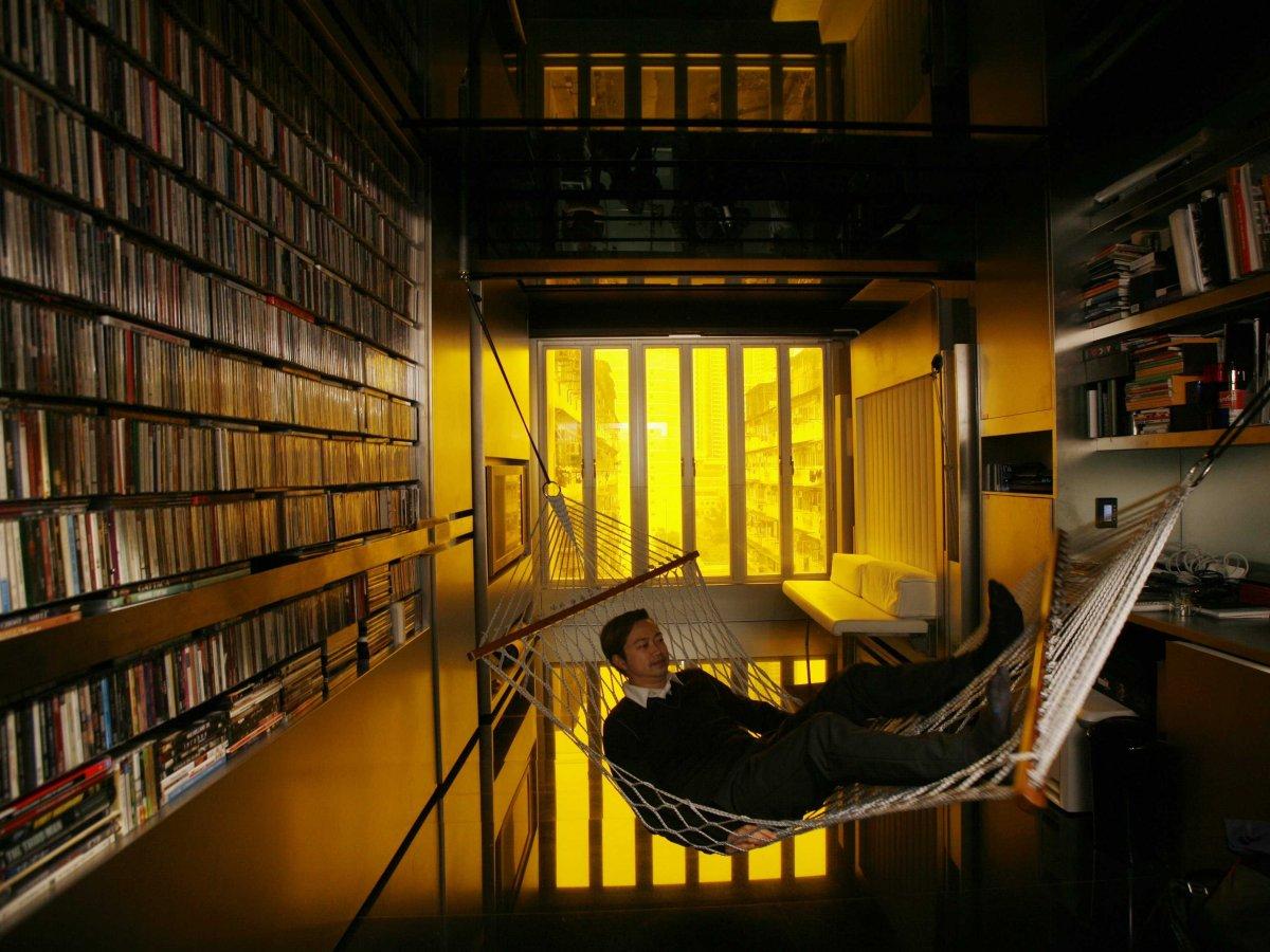 百变金刚<br /> 香港著名建筑师张智强(Gary Chang)自己设计的32平方米公寓,堪称&ldquo;百变金刚&rdquo;。这些墙壁可以移动,储存空间可以折叠,能够变身24种风格不同的卧室。