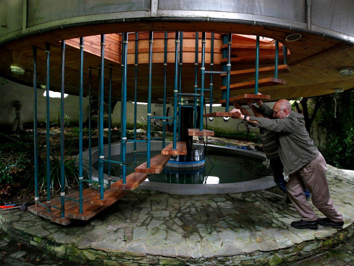 旋转住宅<br /> 建筑工人博胡米尔&middot;洛塔(Bohumil Lhota)在捷克共和国首都布拉格附近村庄建造旋转住宅。他从1981年开始建房,直到2002年才完工。这栋住宅可以旋转,以便于洛塔随时能够观赏到最佳景观。此外,它还可以上下调节。