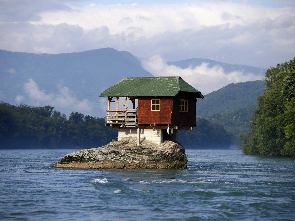 岩石住宅<br /> 这栋房屋建在塞尔维亚德里纳河中的岩石上。1968年,一群年轻人认为,这块岩石是建立避难所的理想之地。在过去50多年中,它已经抵御住强风暴和洪水侵袭。