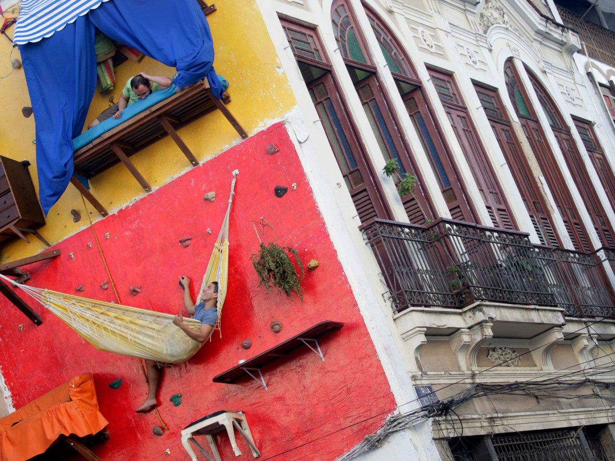 垂直住宅<br /> 巴西艺术家迪亚戈&middot;普利莫(Tiago Primo)与兄弟加布里埃尔(Gabriel)在里约热内卢的攀岩墙上建造&ldquo;垂直房屋&rdquo;。这种房屋有货架、柜台、吊床,但是浴室需要使用隔壁美术馆的。