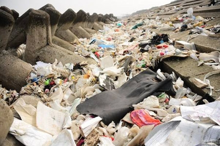 3万吨垃圾抛长江 层层转包后谋求暴利