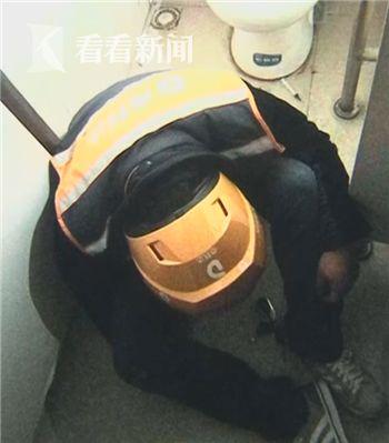 外卖员躲公厕注射毒品致昏迷 送单途中毒瘾发作