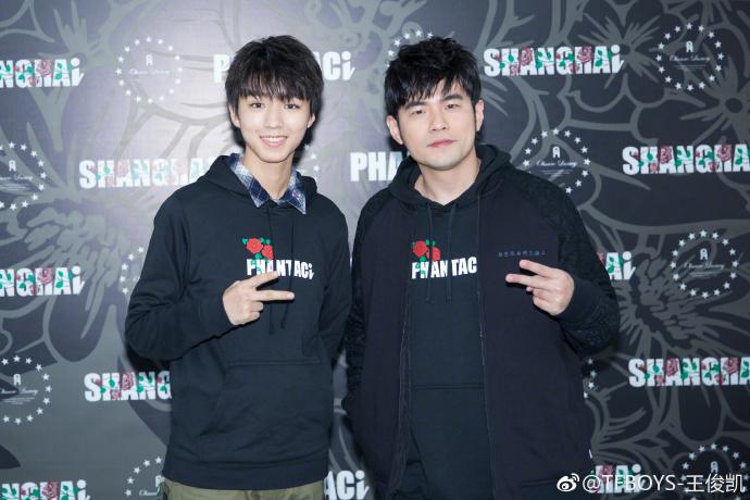 王俊凯获赞追星大赢家 和偶像周杰伦穿同款卫衣比剪刀手