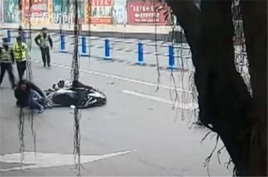 司机拒检撞翻交警 车主竟不顾倒地妻儿拔腿就跑