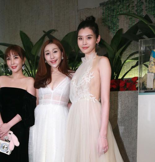 奚梦瑶佩戴戴比尔斯珠宝亮相香港出席活动晚宴