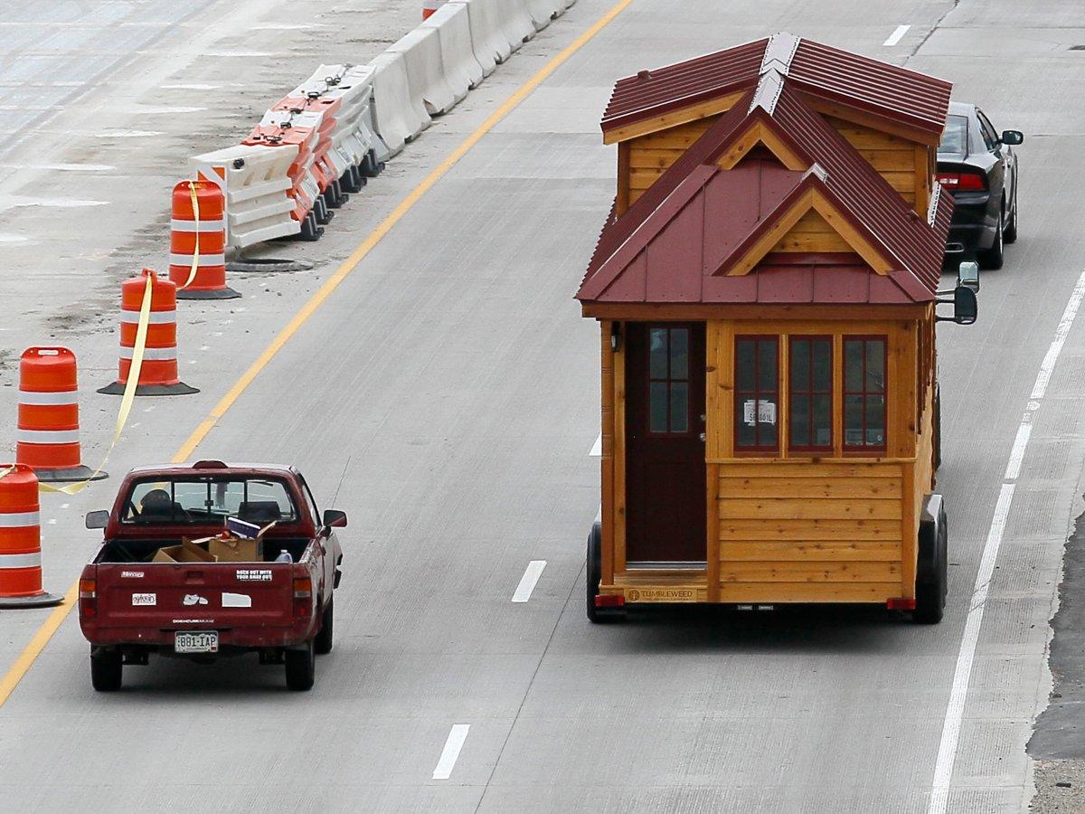 移动小屋<br /> 美国风滚草小房子公司(Tumbleweed)建造的Cypress 24小屋可以轻松移动。此外,它们还可以自由组装,形成9平方米到90平方米的居住空间。