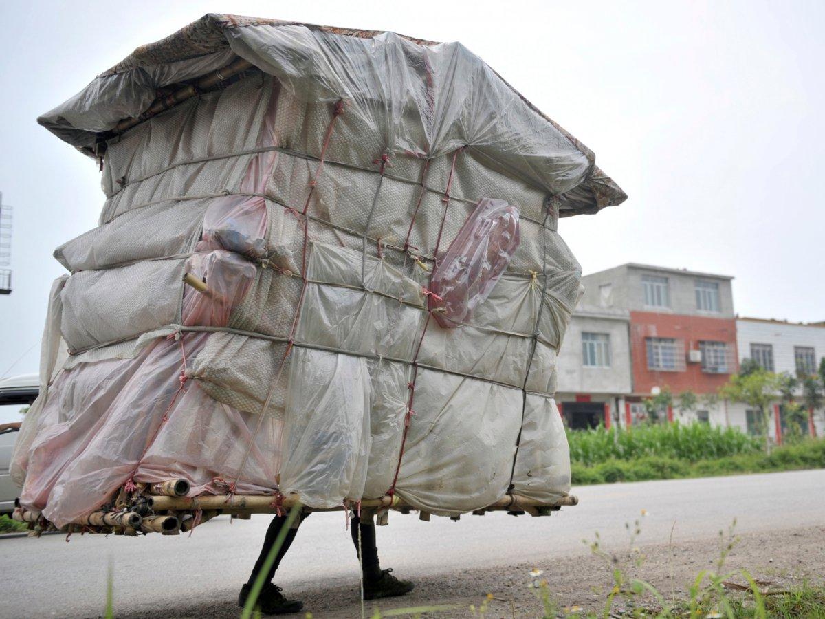 背上住宅<br /> 刘灵超在步行回老家期间,自己动手建造了这栋临时房屋。他步行了5年时间才回到家,期间始终背着这栋用塑料袋、床单以及竹子制作的房屋,重量约为60公斤。