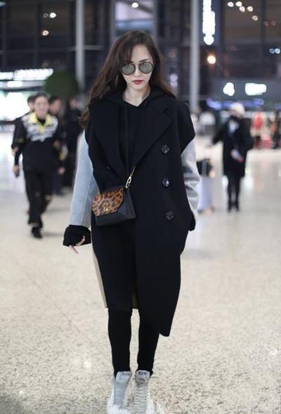 唐嫣最新机场街拍曝光 大衣+卫衣轻松穿出高级感