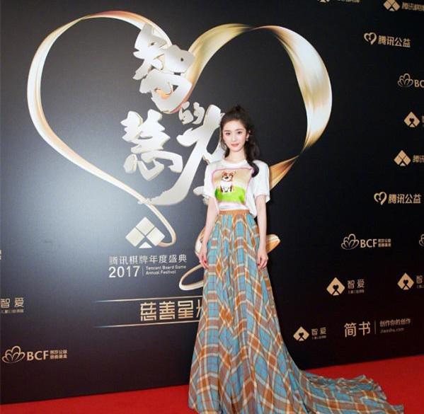 杨幂携手伯爵珠宝亮相2017腾讯棋牌年度盛典慈善星光夜