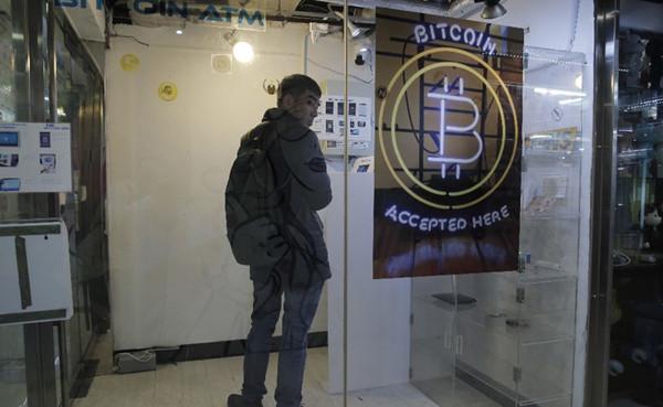 一名男子在香港使用比特币ATM机。