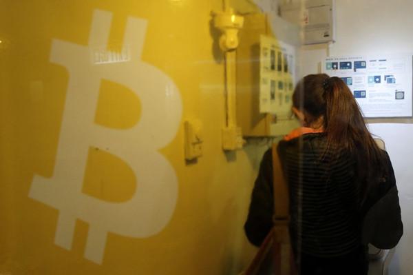 一位妇女在香港使用了比特币ATM机。