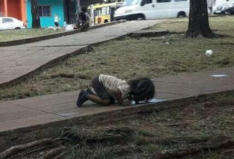 令人心疼!阿根廷女孩双膝跪地喝水