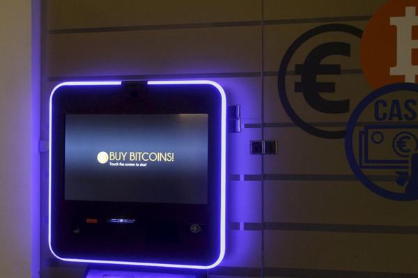 2017年12月06日在立陶宛维尔纽斯市,比特币ATM机9日在立陶宛维尔纽斯,虽然比特币价值高达13,000美元,创历史最高纪录。