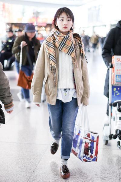 学周冬雨服装流行趋势 一条围巾让你女人味爆棚