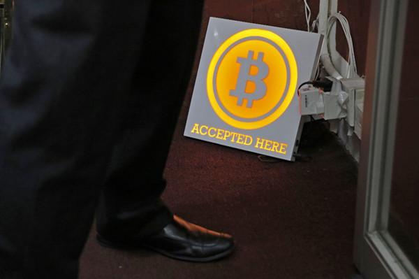 一名男子在香港的比特币ATM机旁站立。