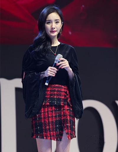 杨幂最新街拍造型曝光 丝绒上衣+格纹半身裙大秀长腿