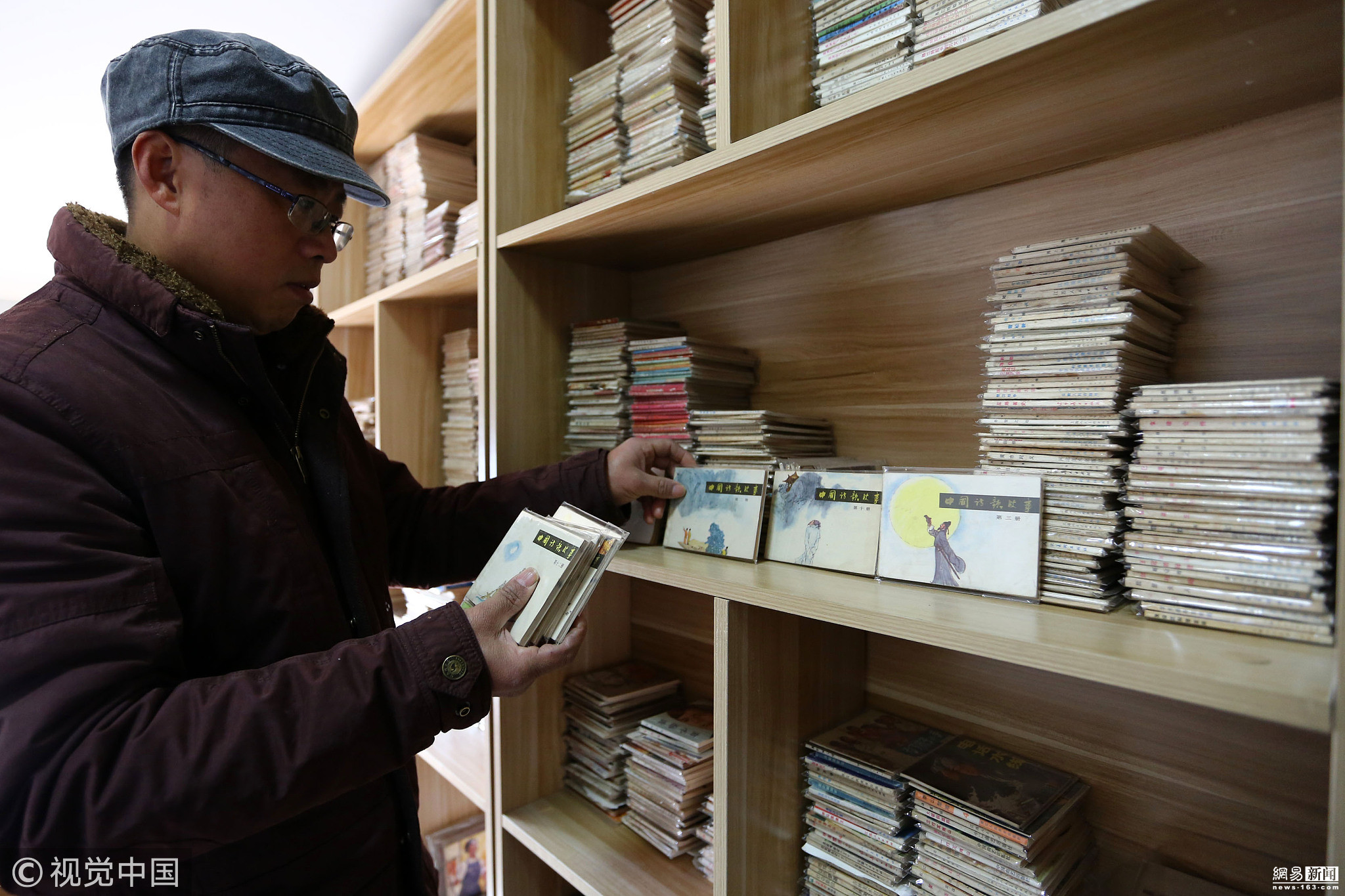 美术老师20多年收藏连环画13000多本