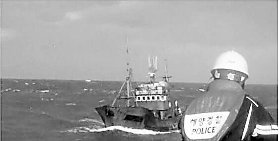 韩海警射200发子弹对中国渔船进行驱赶