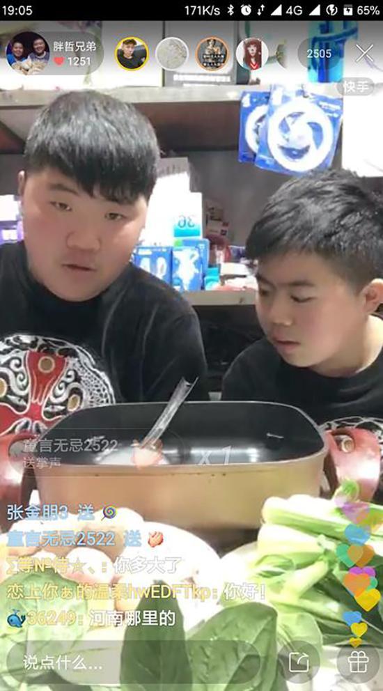 胖男孩吃播成网红 真正的吃货必须得会一口闷