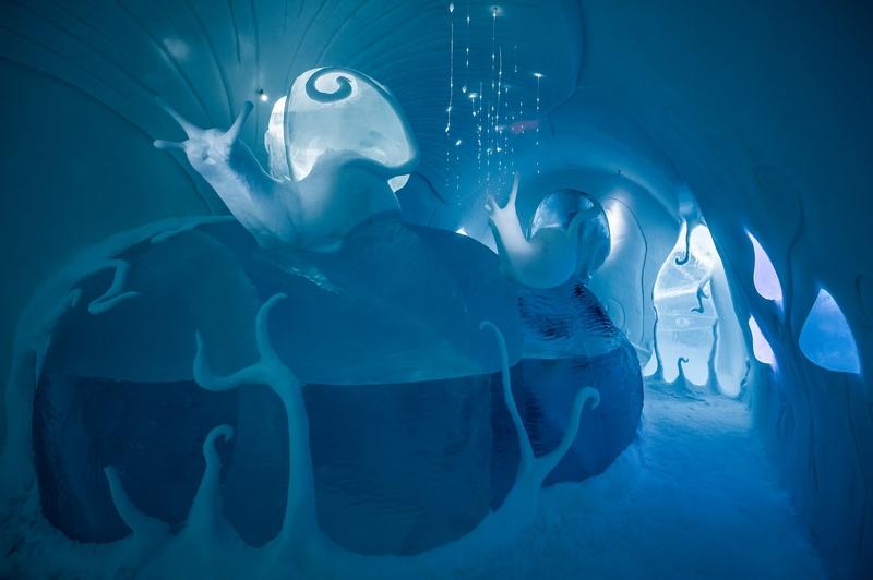 今年冰旅馆的看点是用3万立方米的雪和冰建成的35个独具特色的豪华套房、冰酒吧、冰仪式大厅和儿童冰运动场,着实令人吃惊。