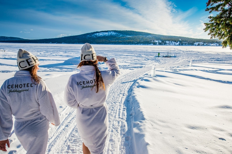这次的冰旅馆由来自17个不同国家的36个设计师完成,各具特色。