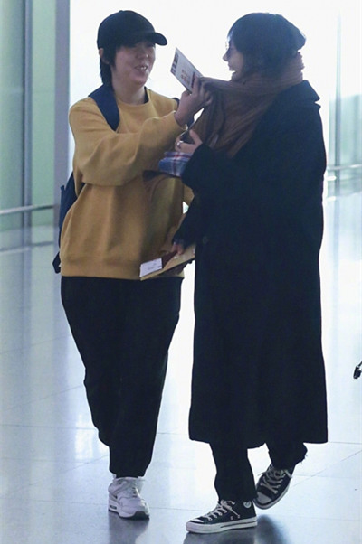 白百何现身北京机场 一身黑大衣系围巾低调清爽