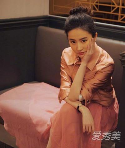 刘亦菲最新街拍示范 粉色上衣+藕粉色纱裙仙气飘飘