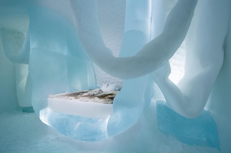 而小孩子们也有福利,他们可以在不远处的冰雪公园里玩耍,可以自己设计一个雪人天使或做一个迷你旅馆、或雕刻一个雪城。