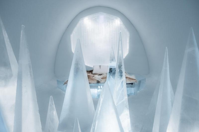 据悉,每年建造冰旅馆都耗时耗力,需要做大量的工作。