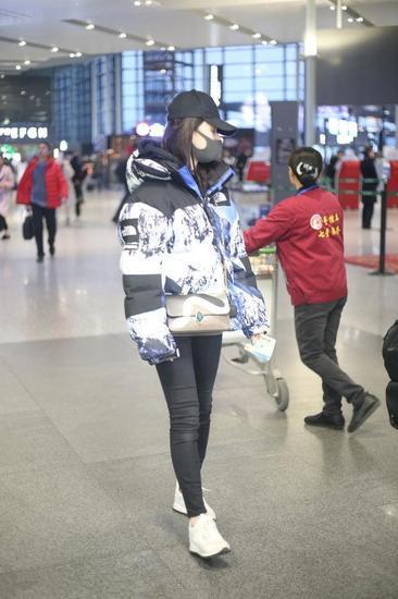 林允冬季机场街拍示范 宽大棉服显臃肿似发福