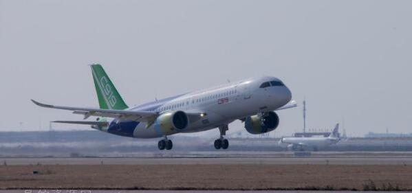 第二架C919大型国产飞机于上海浦东国际机场完成首飞