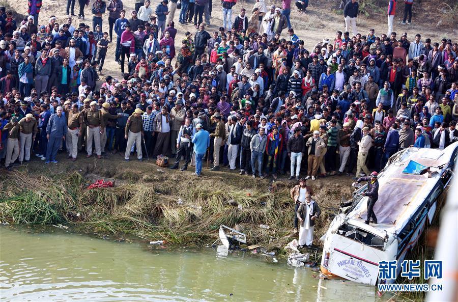 民众围观致33死车祸现场 系一起客车坠河事故