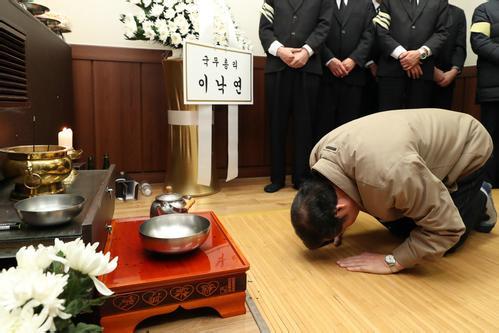 韩总理跪地吊唁火灾遇难者 火灾造成29死29伤