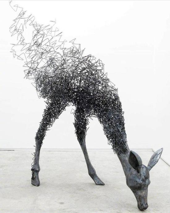 创造出具有一定空间的可视、可触的艺术形象,借以反映社会生活、表达艺术家的审美感受、审美情感、审美理想的艺术。