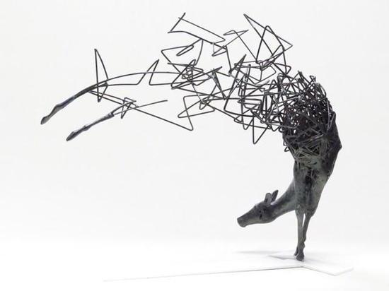 这是一组名为消失的雕塑创作,由实到虚,由深入浅。慢慢的渐变!