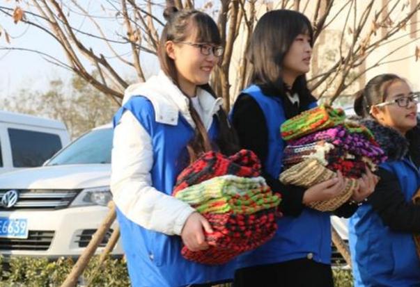 大学生义卖报纸织围巾送环卫工