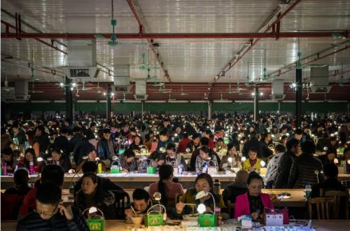 玉石商贩集体转行 国内最大翡翠加工基地变身百万主播梦工场