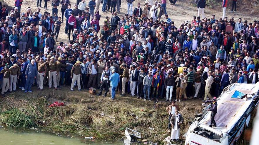 印度民众围观致33死车祸现场